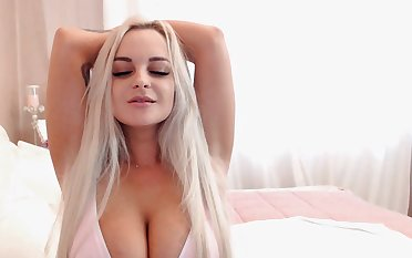 Pretty Blonde Babe Toys her Penny-pinching Pussy live